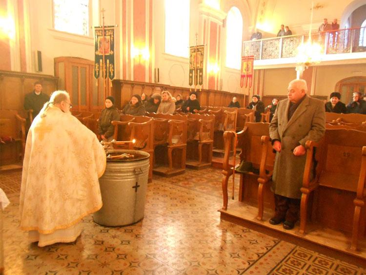 Парох о. Йоаким Холошняй на вчерайшей Служби пошвецел воду
