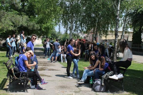 Ґимназиялци преславели остатнї дзень школи, ютре покладанє мацеринского