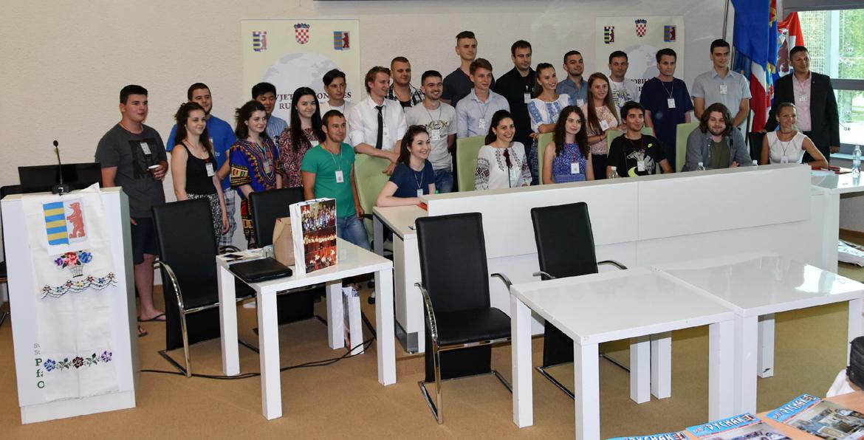 На Шветовим форуму младежи (Иван шедзи треци з правого боку)