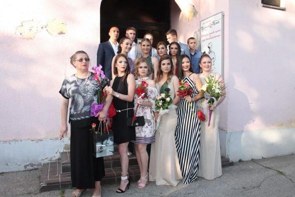 """Штредньошколци Школи """"Петро Кузмяк"""" мали матурски вечар"""