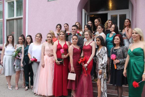 Штредньошколци шветочно преславели матурски вечар