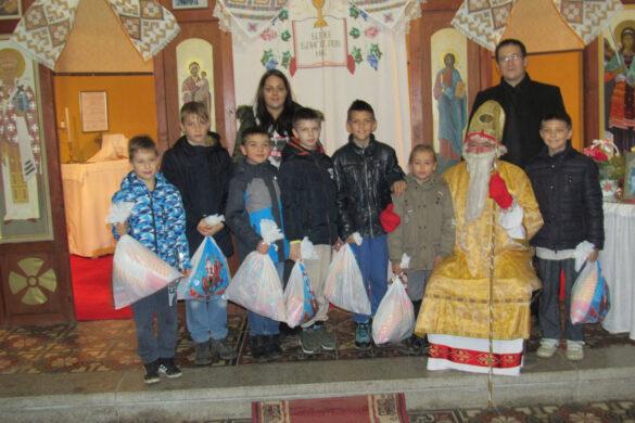 Святи Миколай вчера подзелєл дзецом пакецики